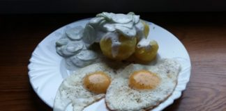 Ziemniaki z mizerią i sadzonym jajkiem
