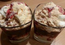 Szybki deser z wiśniami, bezą i bitą śmietaną