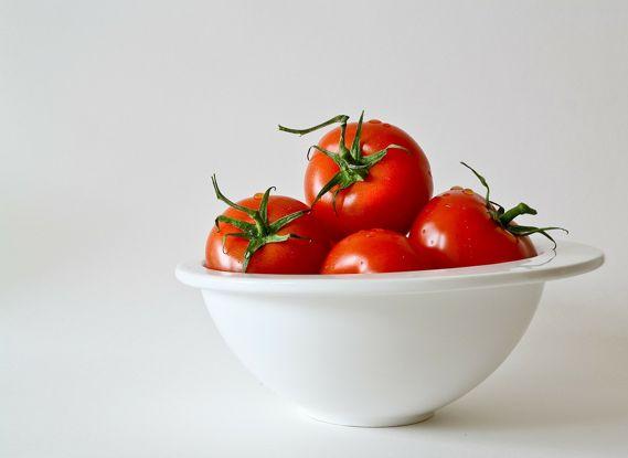 Jak obrać pomidora ze skórki? Poradnik