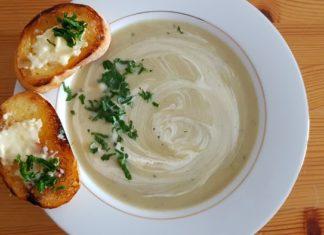 Zupa krem kalafiorowa z grzankami z masłem czosnkowym - Przepis