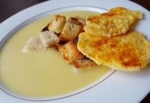 Zupa cebulowa z chipsami z sera