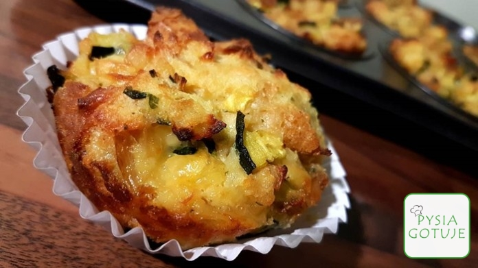 Wytrawne muffiny z pieczywa, cukini i żółtego sera