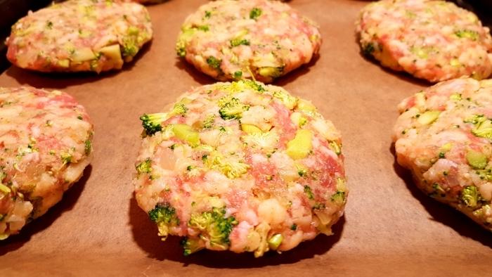 Kotlety mielone z brokułem przed wypieczeniem