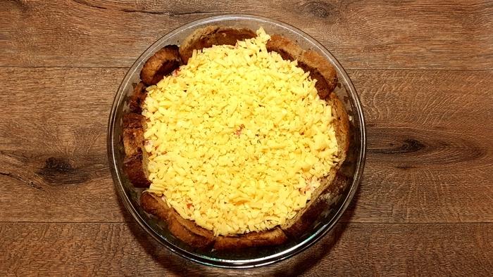 Zapiekanka na grzankach z szynką i żółtym serem