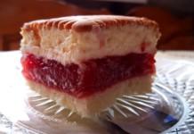 Ciasto z truskawkami i kremem raffaello