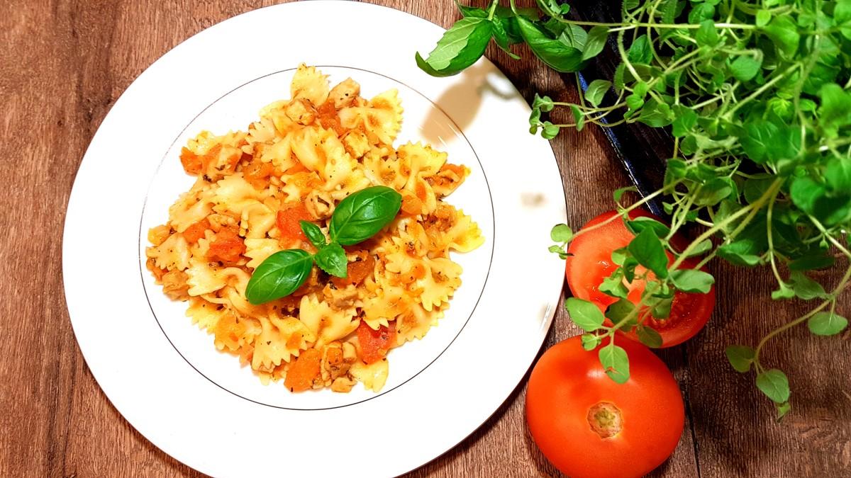 Makaron z kurczakiem i sosem z pomidorów