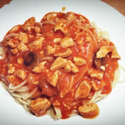 Makaron w sosie pomidorowym z kurczakiem, pieczarkmi i serem żółtym