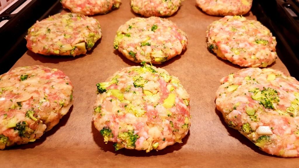 Kotlety mielone z brokułem i serem - pieczone w piekarniku