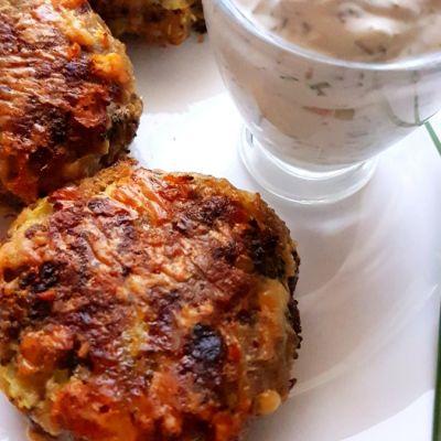 Kotlety mielone z brokułem i serem, pieczone w piekarniku
