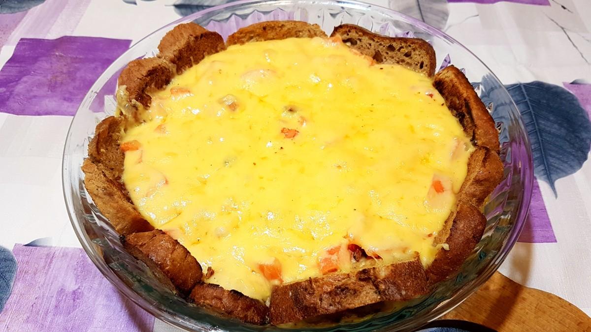 Tarta na grzankach z jajkami, szynką i serem