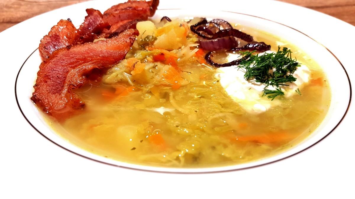 Zupa z włoskiej kapusty z chipsami z boczku