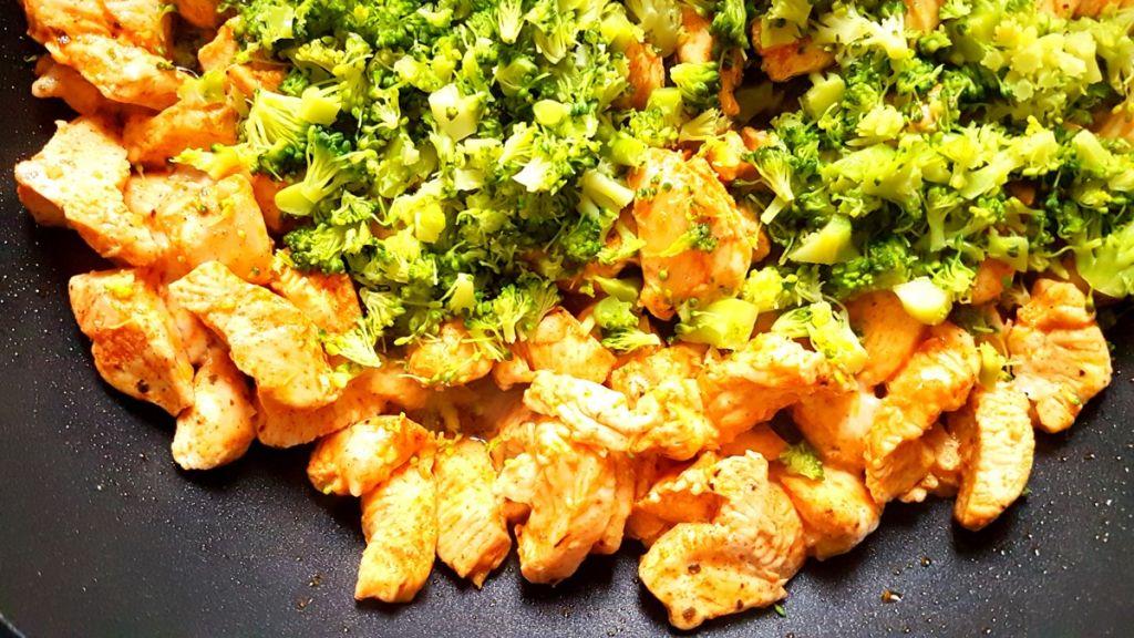 Makaron z kurczakiem w sosie śmietanowo-brokułowym