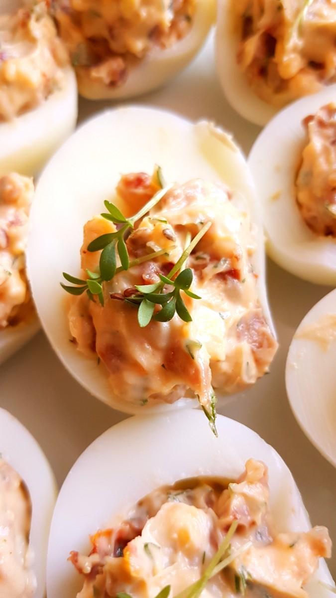 Jajka faszerowane suszonymi pomidorami i boczkiem